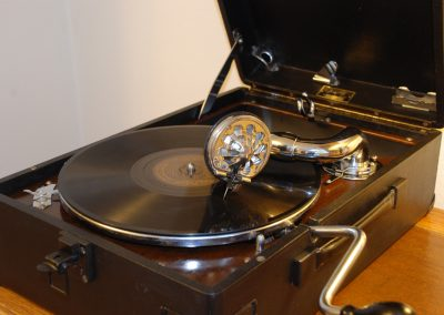 1933 His Masters Voice HMV 102 - 4598385714.jpg