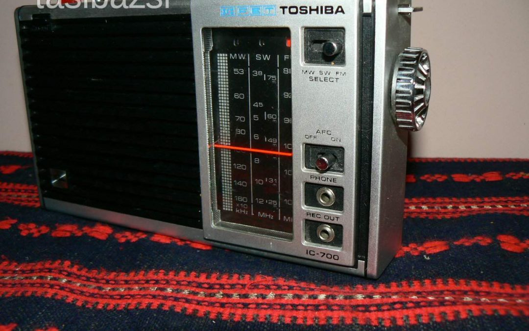 1976 Toshiba Solid State Radio FM-SW-MW 3Band IC-700