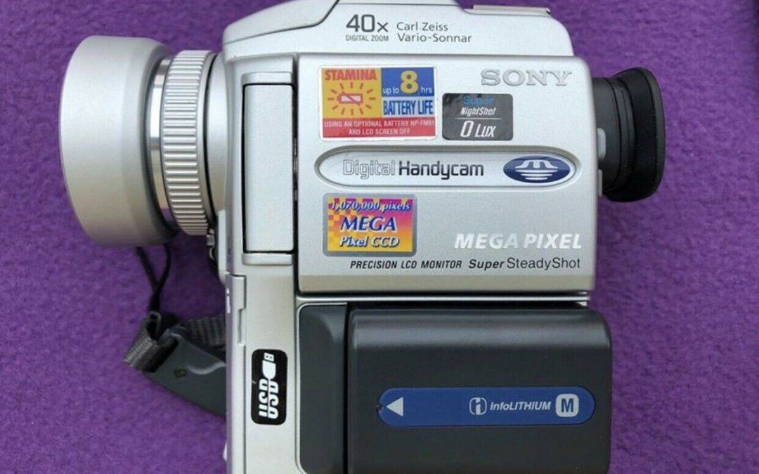 2000 Sony Handycam MiniDV Digital Video Camera Recorder DCR-PC110E